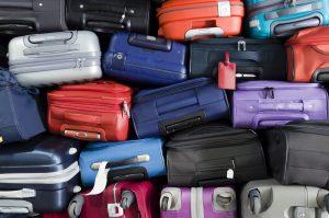 ギューギューにスーツケースが積み上げられている写真
