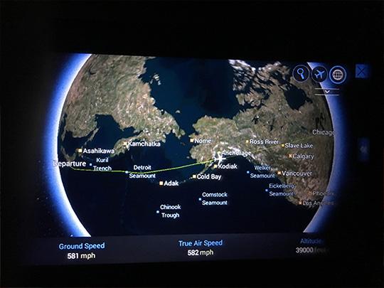 国際線のフライトを快適にすごす持ち込みアイテム7選!【エコノミークラス】座席のモニターに映る3D地図の画像