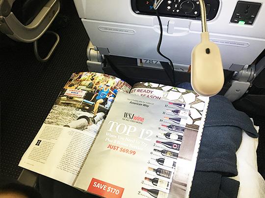 国際線のフライトを快適にすごす持ち込みアイテム7選のうちのUSBライトで雑誌を照らしている写真
