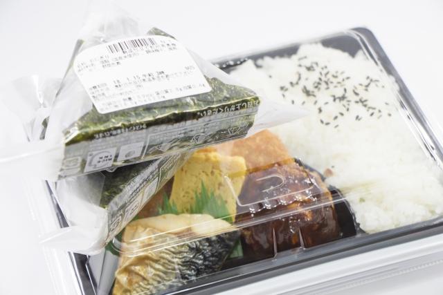 国際線にのるときにはコンビニのおにぎりなどを持ちこむのもいいです。コンビニのおにぎりとお弁当の画像