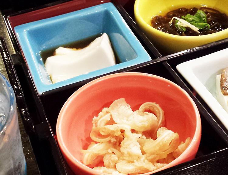 ハレクラニ沖縄の近くの食堂の料理の写真