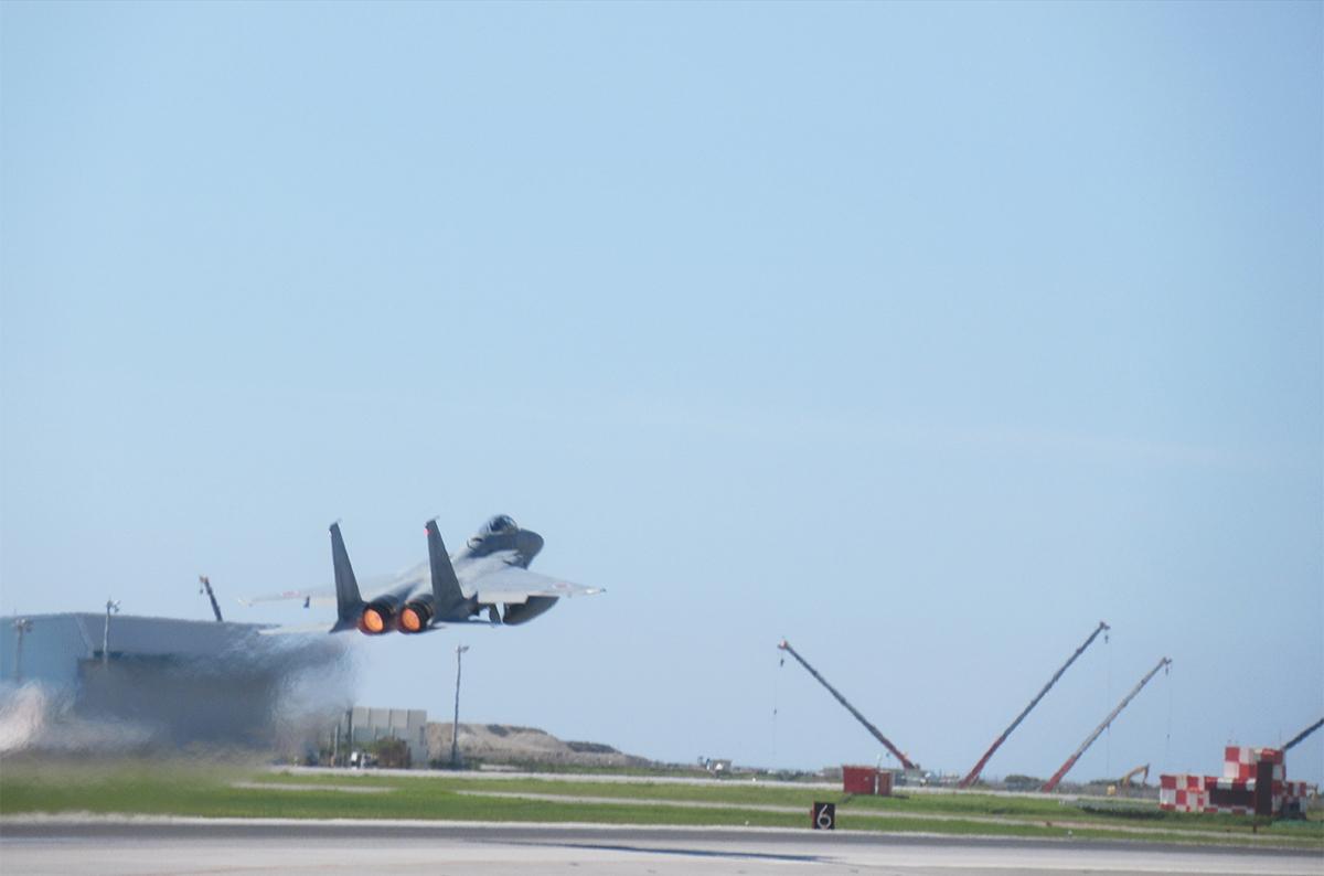 飛行機が滑走路を飛び立っている写真