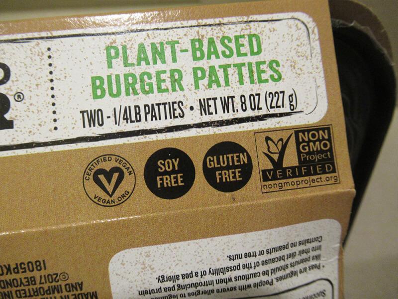 ビヨンドミート ビヨンドバーガー 食べてみた 味  口コミ パッケージ 遺伝子組み換えをつかっていない、大豆mグルテンが入っていない表示の写真