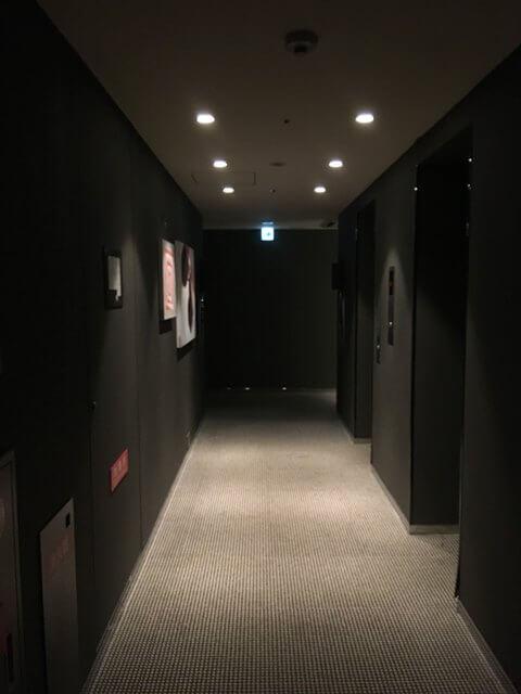 福岡天神ホテルユニゾに泊まってみた!【タリーズ直結でベンリ&見晴らしいい】管内の廊下の写真