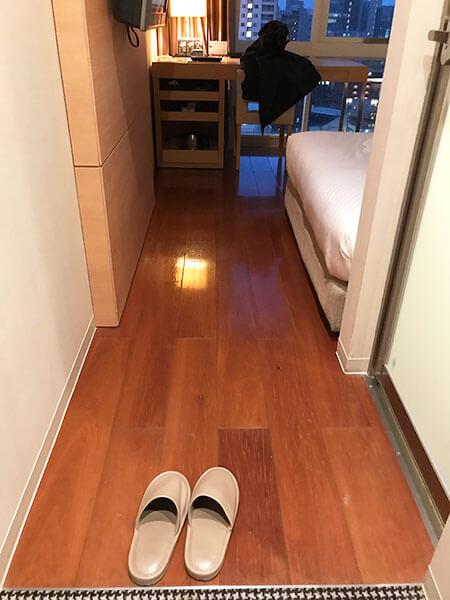 福岡天神ホテルユニゾに泊まってみた!【タリーズの上でべんり&眺めがすごくいい】部屋の入口の写真