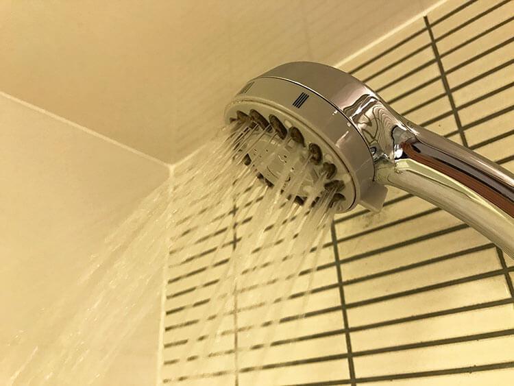 福岡天神ホテルユニゾに泊まってみた!【タリーズ直結でベンリ&見晴らしいい】シャワーを出している写真