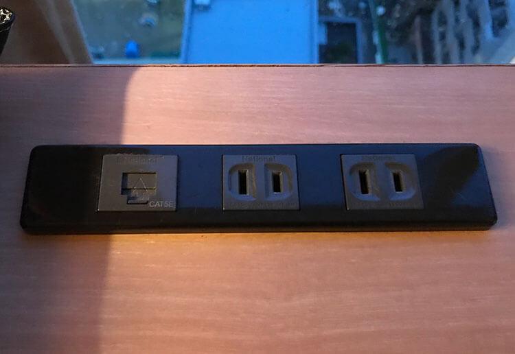 福岡天神ホテルユニゾに泊まってみた!【タリーズ直結でベンリ&見晴らしいい】電源とインターネットの有線接続部分の写真
