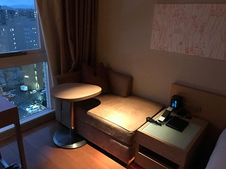 福岡天神ホテルユニゾに泊まってみた!【タリーズ直結でベンリ&見晴らしいい】ベンチソファの写真