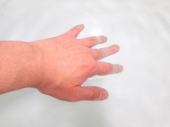 冷たい指先をお湯で温める画像